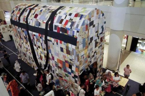 世界最大手提包在马来西亚展出 宣传废物利用