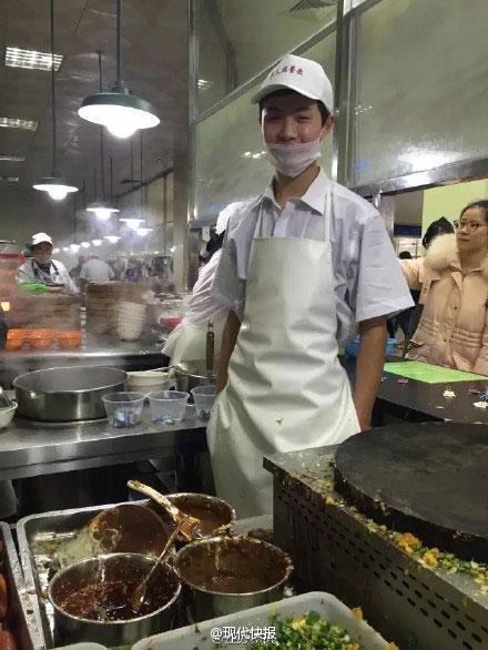 大学食堂90后煎饼小哥帅照刷爆网络