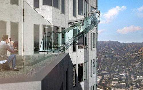 洛杉矶摩天大楼的天空滑梯离地面305米 绝对刺激!