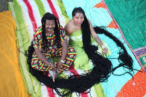 女子留16.8米长发 与发型师幸福成婚