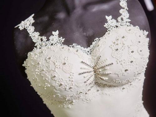 可以吃的婚纱:糕饼师制作蛋糕 花费300小时