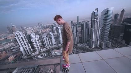 """极限挑战!男子在摩天大楼上玩""""滑滑梯"""""""