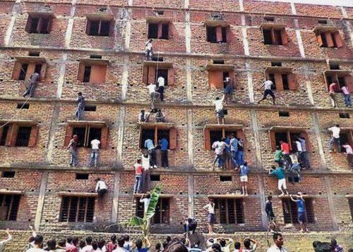 国外考试作弊招数五花八门 脱衣考试放大招