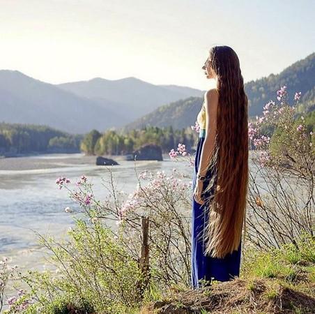 俄美女13年不剪头发成网红 被封为真人版长发公主