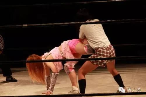 透着AV气质的日本女子摔跤