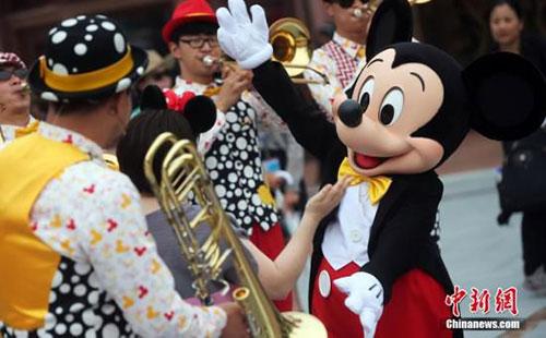 上海迪士尼开园:园内酒店6月无空房 禁带自拍杆