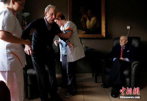 比利时最老双胞胎迎103岁生日 陪伴彼此逾1世纪