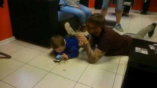 为这理发师点赞:趴在地上为自闭症男孩理发暖心瞬间