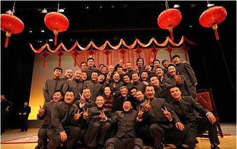 赵本山与众徒弟合影,背后墙上的照片令亿万人敬仰