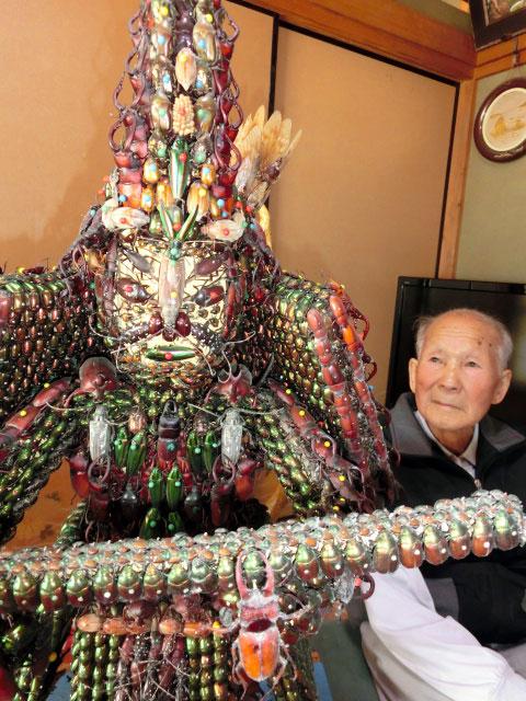 97岁日本老人用2万只昆虫做成千手观音像