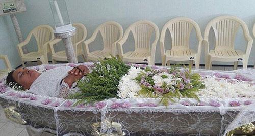 巴西女子为体验葬礼躺棺材内装死一整天