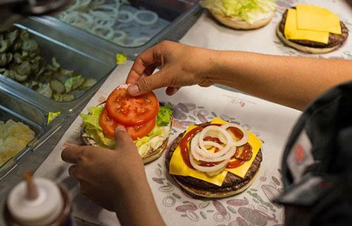 """俄快餐店推出""""特朗普汉堡"""" 不可与墨西哥酱同时点"""