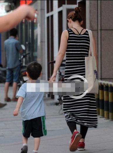 马蓉带儿子现身被疑怀孕!发现偷拍后扔下儿子独自离开