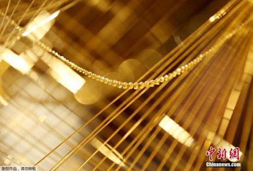 日本商家推出黄金圣诞树 价值千万人民币