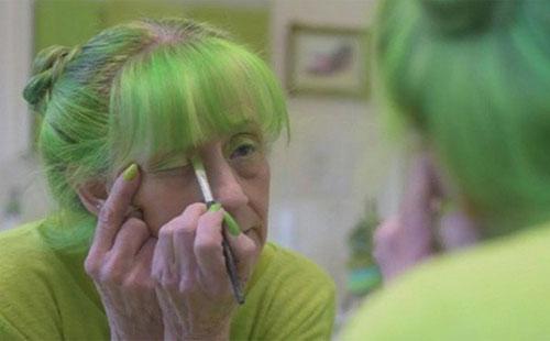 """美国""""绿夫人""""痴迷绿色20年 吃穿住行全是绿色"""