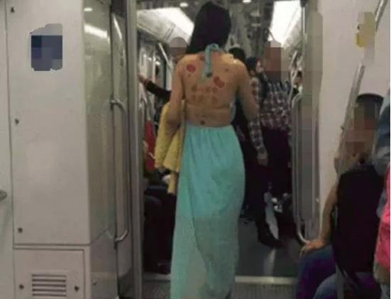女大学生穿着奇葩衣服,进入地铁后被乘客纷纷围观拍照