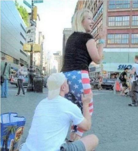 小伙街头蹲下做这奇葩事 美女纷纷排队还给钱